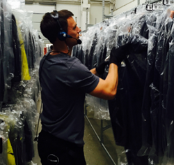 Warehoue worker do Voice picking at IC Groups warehouse