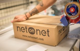 Man pack a box at NetOnNet